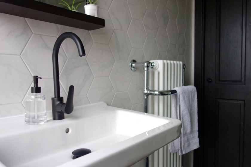 Monochrome bathroom with marble Hex tiles